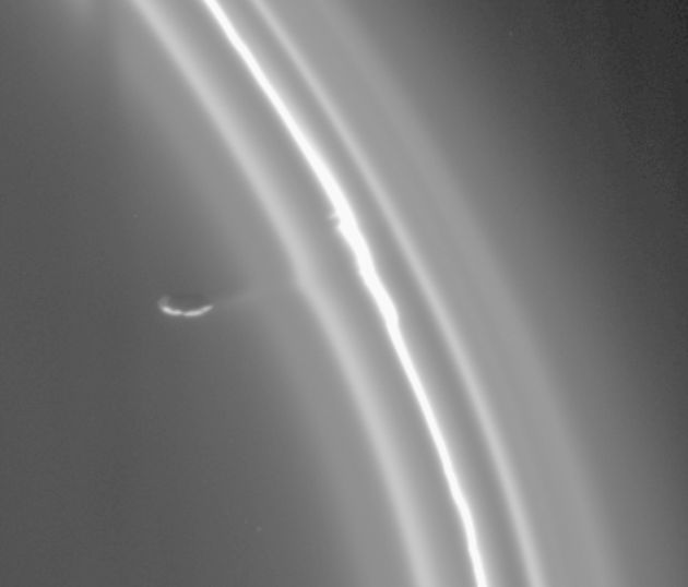 Kinks Seen in Theft of Saturn's Ring Material