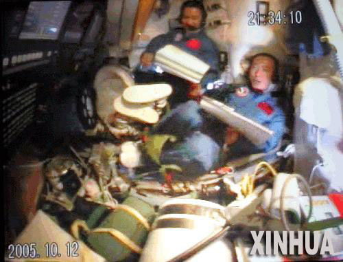 Shenzhou 6 Crew Tests Spacecraft's Capabilities