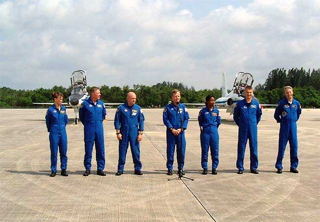 STS-121 Astronaut Crew Arrive at NASA Spaceport in T-38 Jets