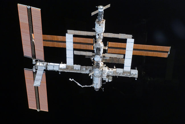 Orbital Hookup: Atlantis Shuttle, ISS, Soyuz Crews Make Cosmic Call