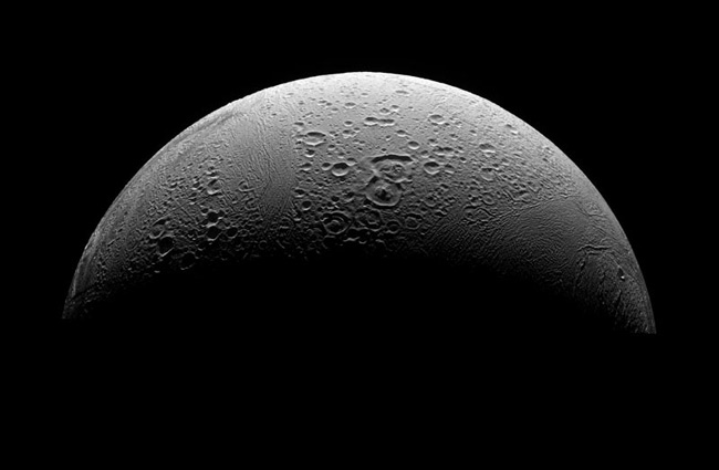 Spacecraft Flies Through Saturn Moon's Plumes