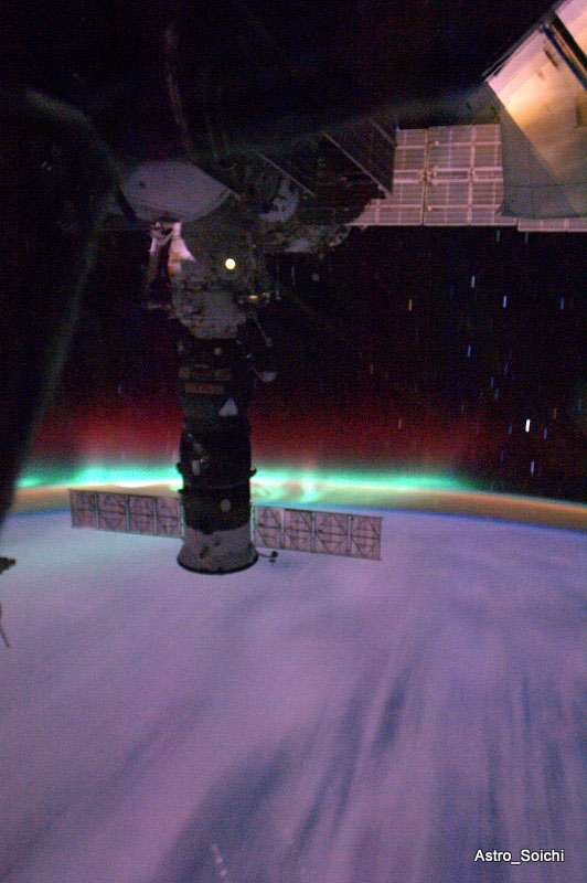 Dazzling Photo: Space Station Flies Through Big Space Storm