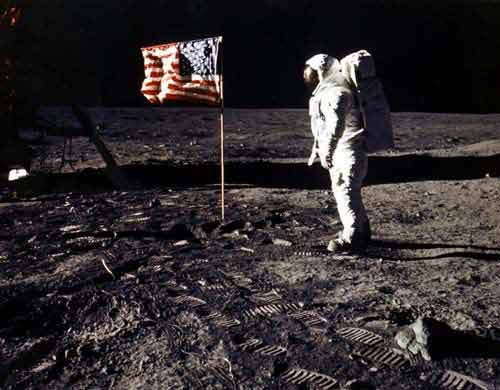 Buzz Aldrin Sues Over Image on Moonwalk Trading Card