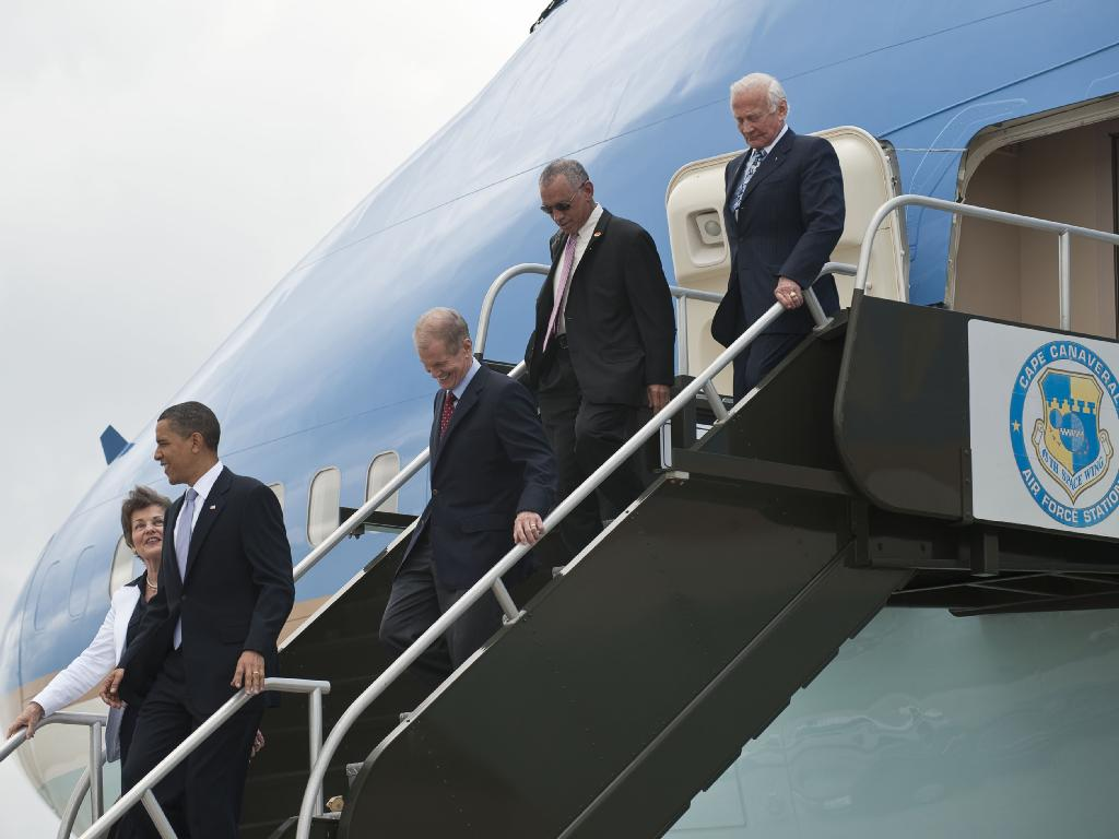 President Obama and Advisors De-plane