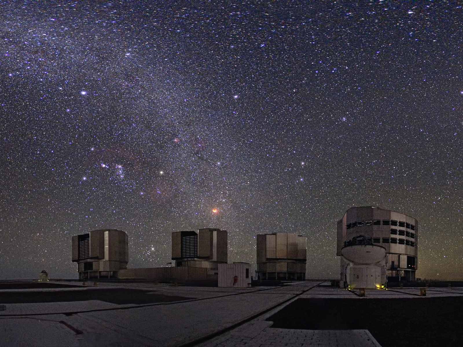 The total lunar eclipse of December 21, 2010, and the entire sky is visible from the site of ESO's Very Large Telescope (VLT) at Cerro Paranal in Chile.