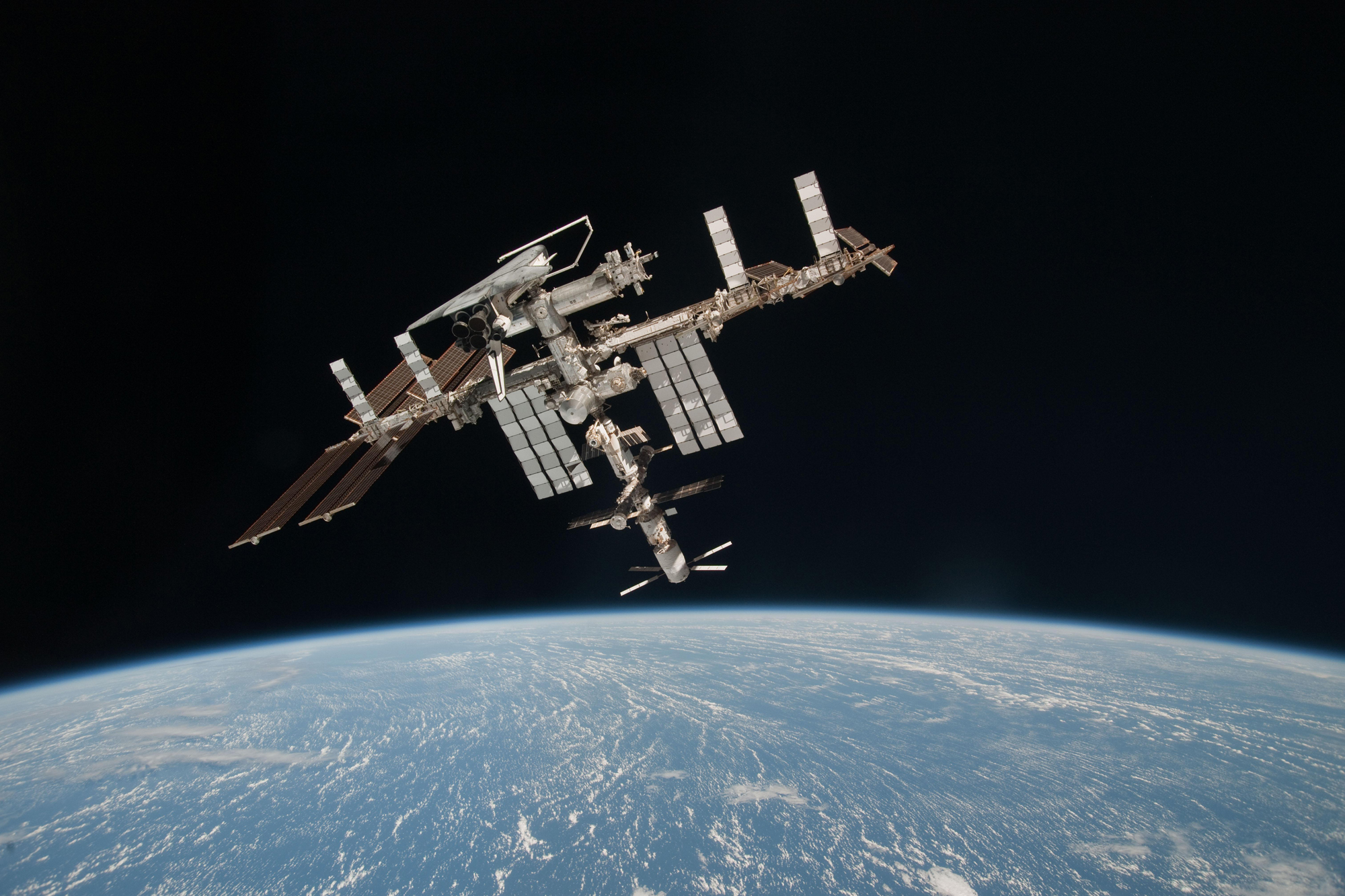 Amazing Photos: Shuttle Endeavour at Space Station