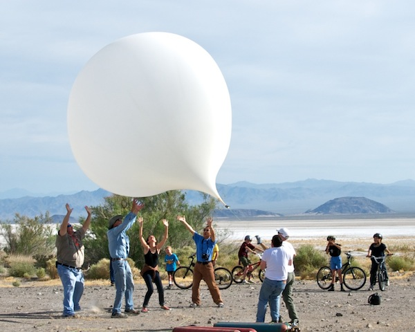 The first attempt to launch the DREAMS-11student balloon in April 2011 fell victim to gusty winds. Here, several scientists try to prevent the balloon from hitting the ground and bursting.