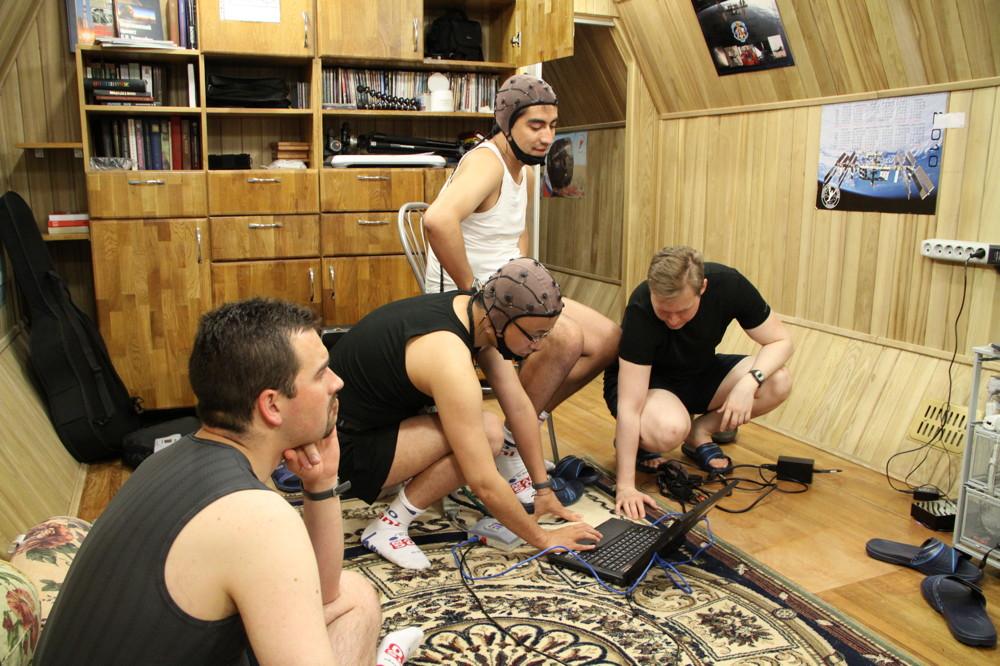 Mars500 Crew Prepares EEG Recording