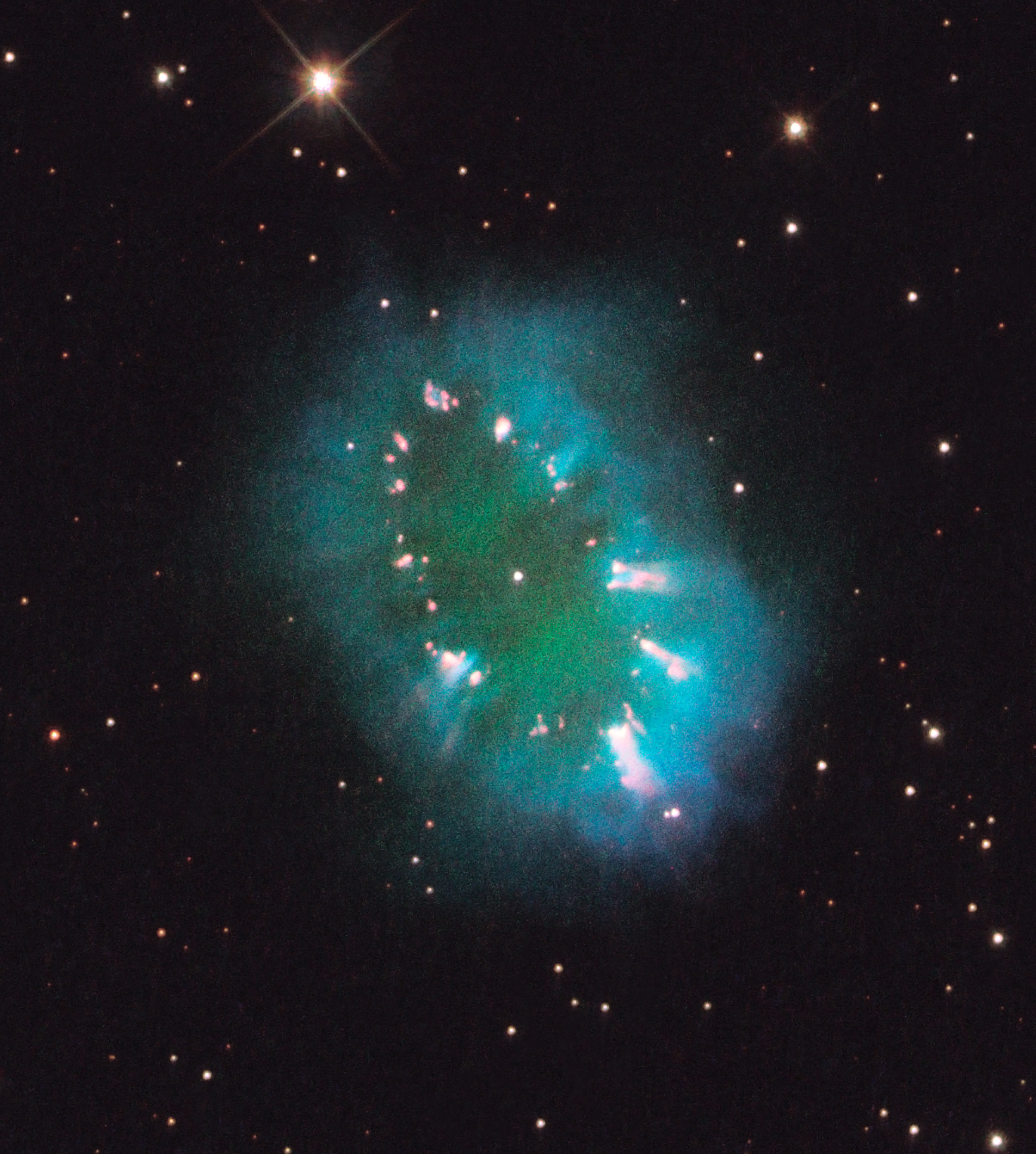 Hubble Telescope Finds Glowing 'Necklace' in Space