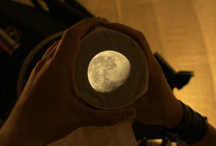 Skywatcher Shoots 'Paper Moon' In Palm Of His Hands