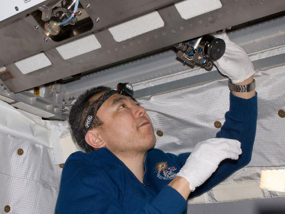 Expedition 29's Satoshi Furukawa Works on Water Valves