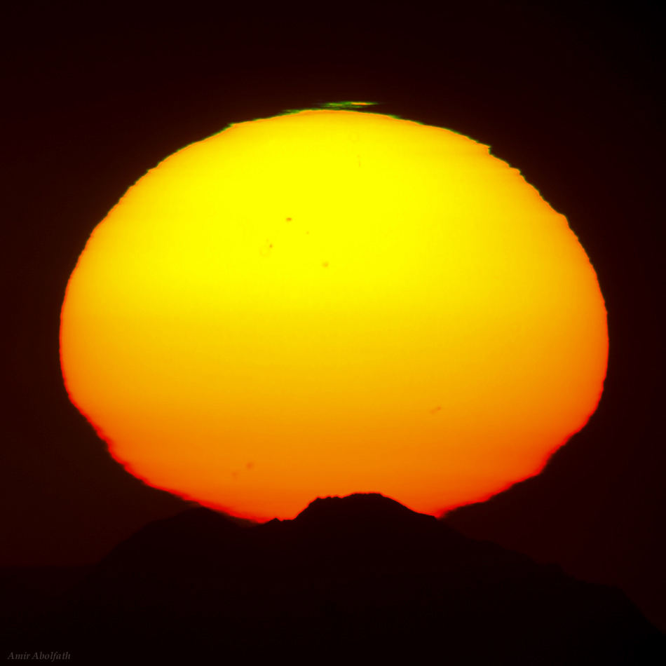 Skywatcher Captures Dazzling Green Flash Over Setting Sun