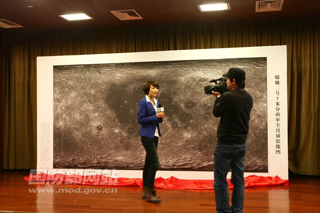 Chang'e 2 Spacecraft's New Moon Image with News Crew
