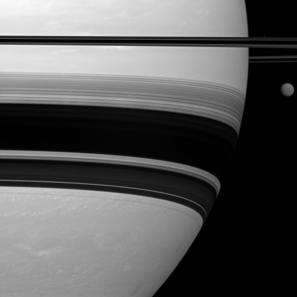 Saturn's Rings & Biggest Moon Dazzle in New Photo