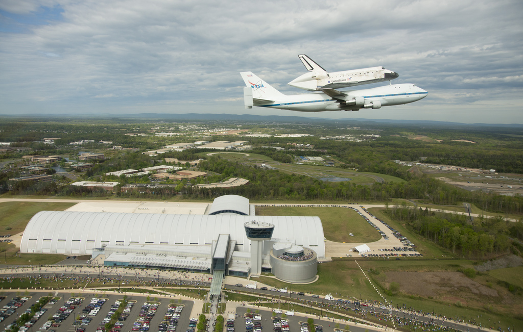 Shuttle Discovery Flies Over Smithsonian Museum Home
