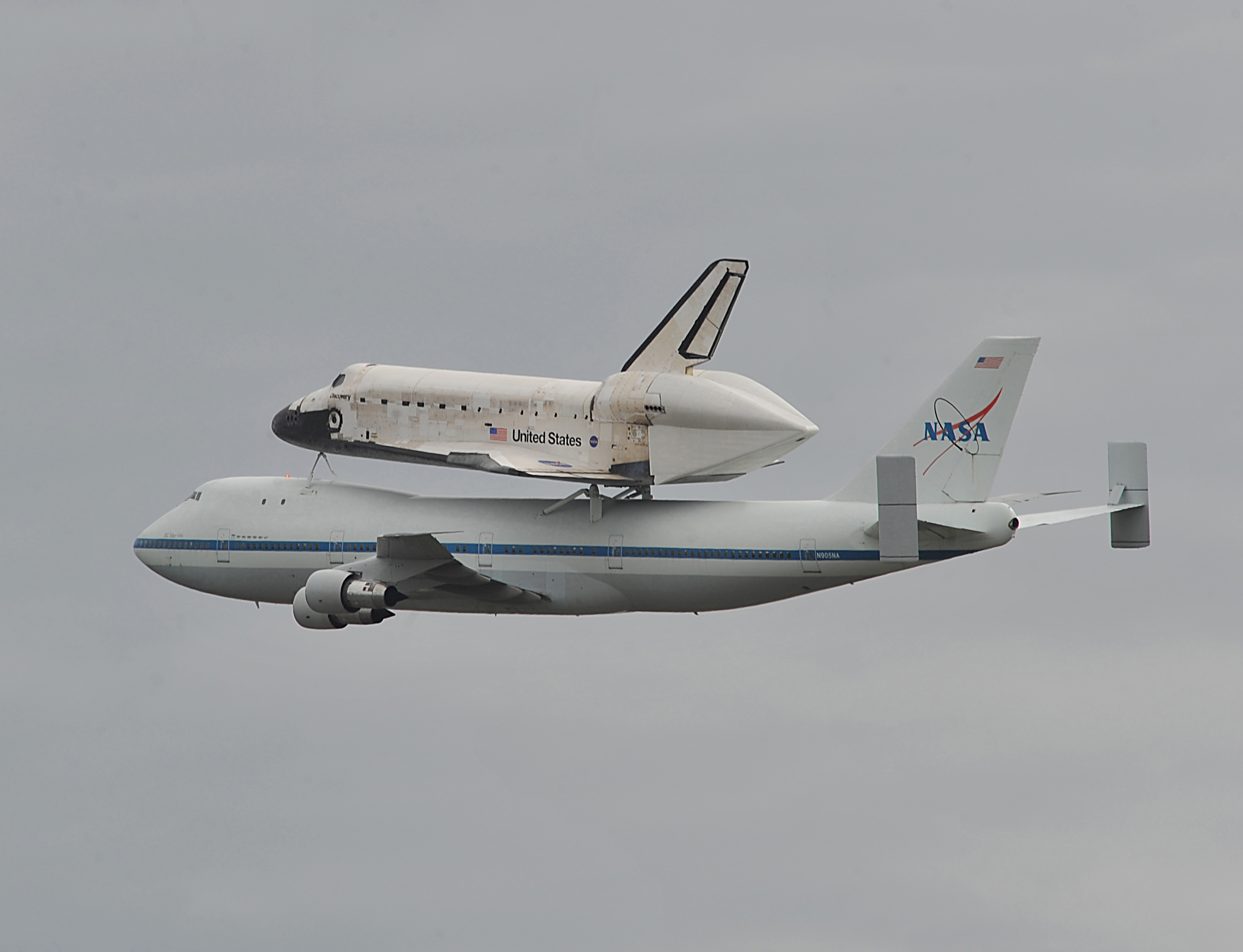 Shuttle Discovery Sits Atop Boeing Aircraft