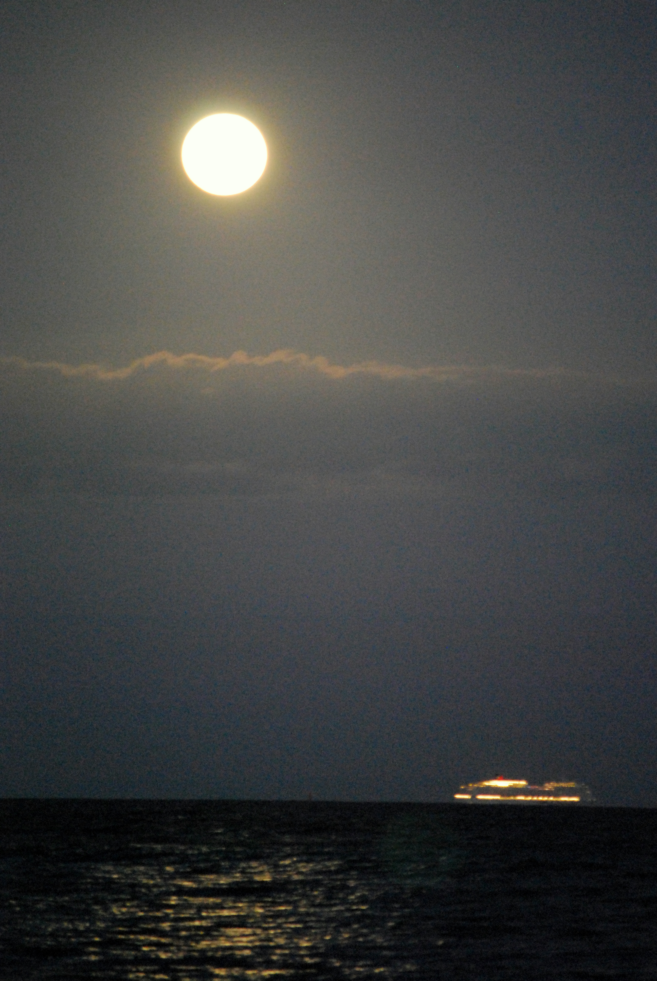 Supermoon 2012 Over Oahu: James Davidson