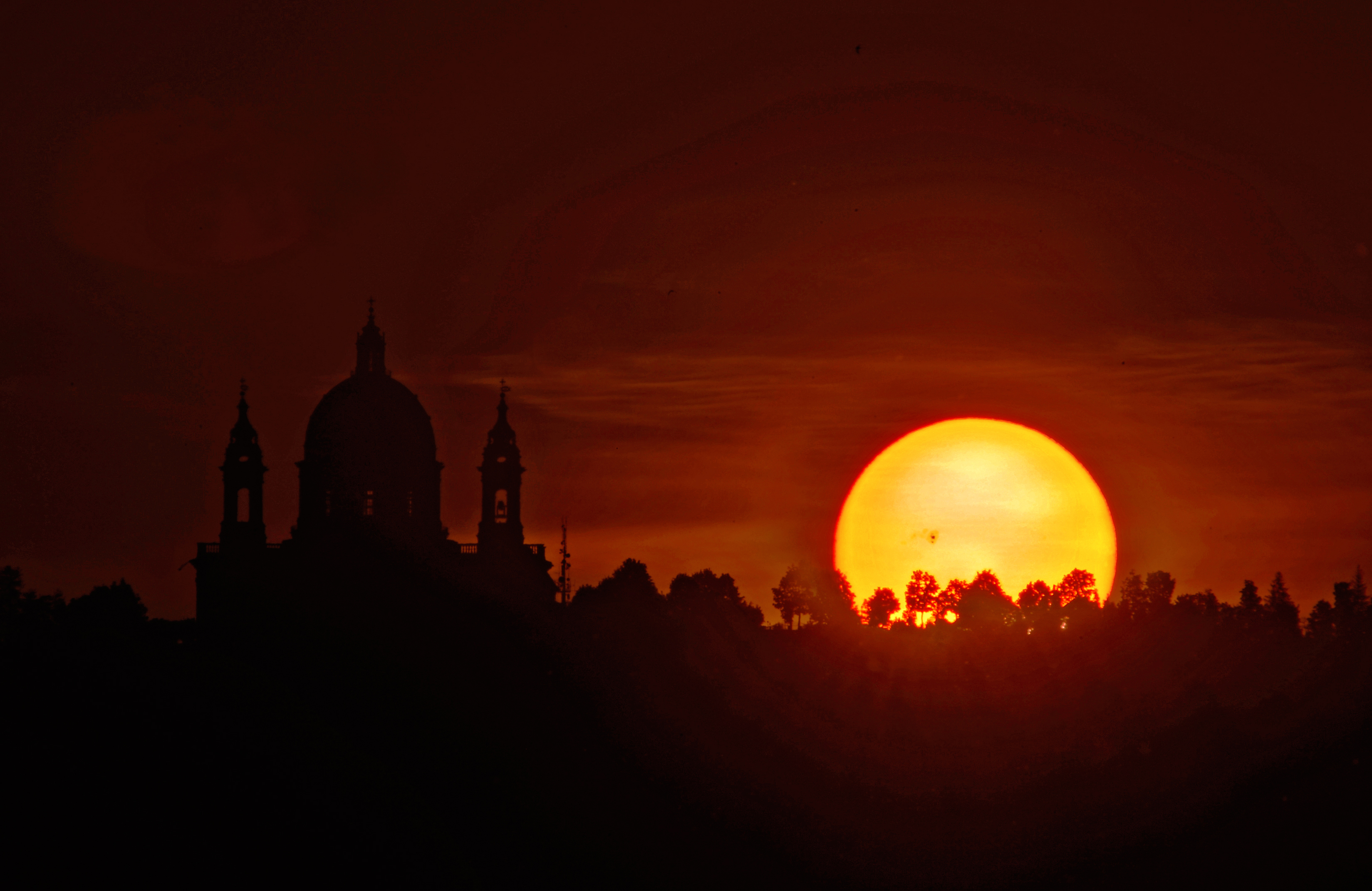 Majestic Sunspot Blesses Basilica at Sunrise in Spectacular Picture