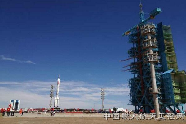 China Shenzhou 9 Spacecraft, Rocket Rollout