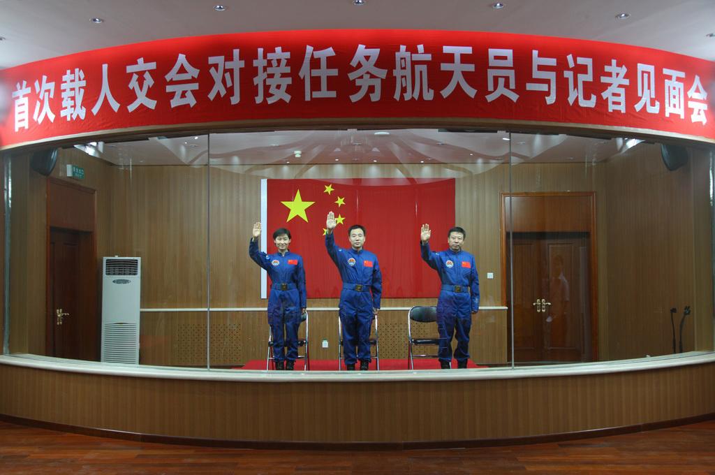 Shenzhou-9 Crew Waves
