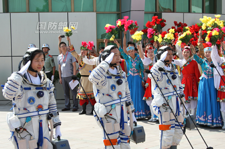 Shenzhou 9 Crew Salutes Before Launch