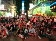 Times Square Crowd Watches Curiosity Landing