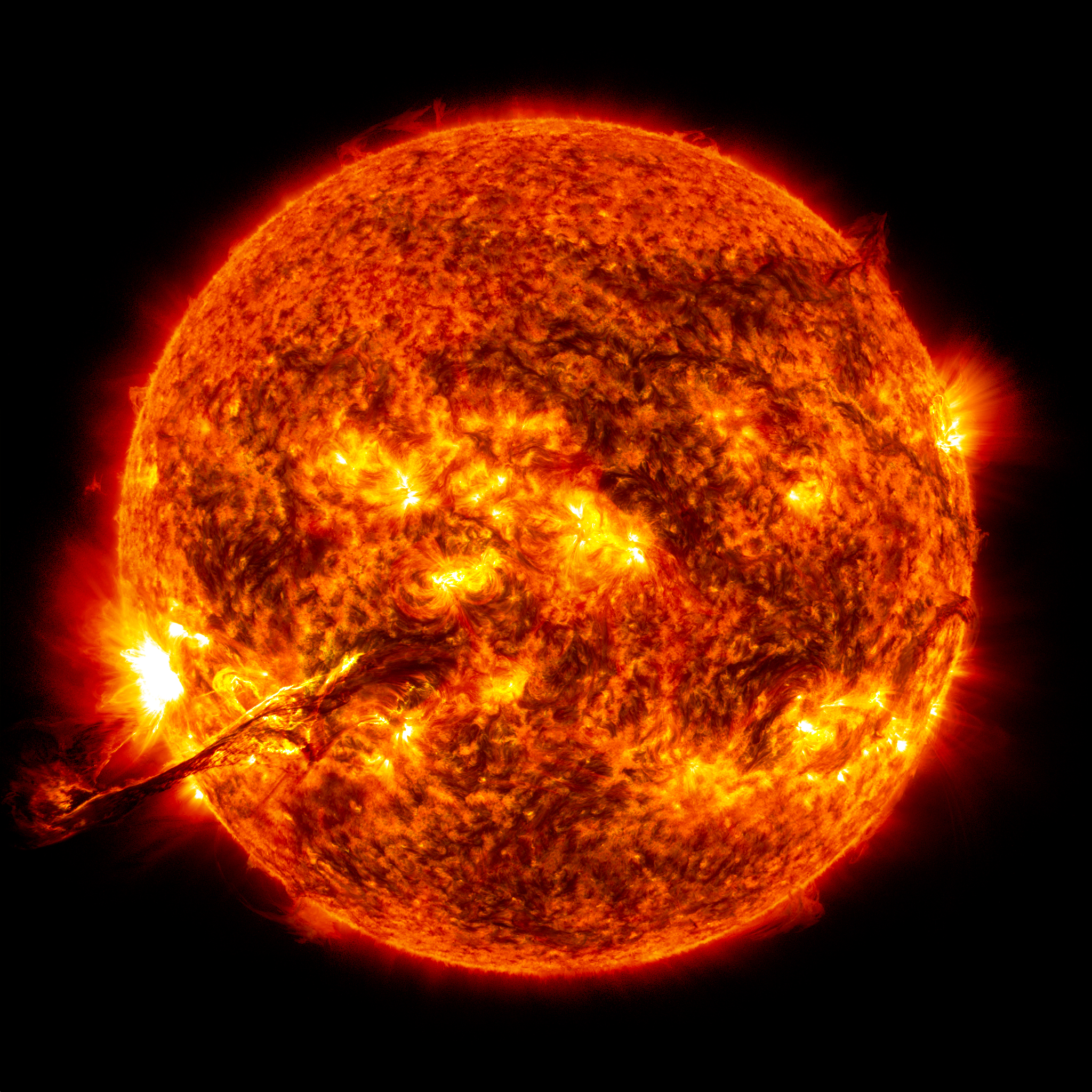 Wow! Spectacular Sun Photos Catch Colossal Solar Storm in Action