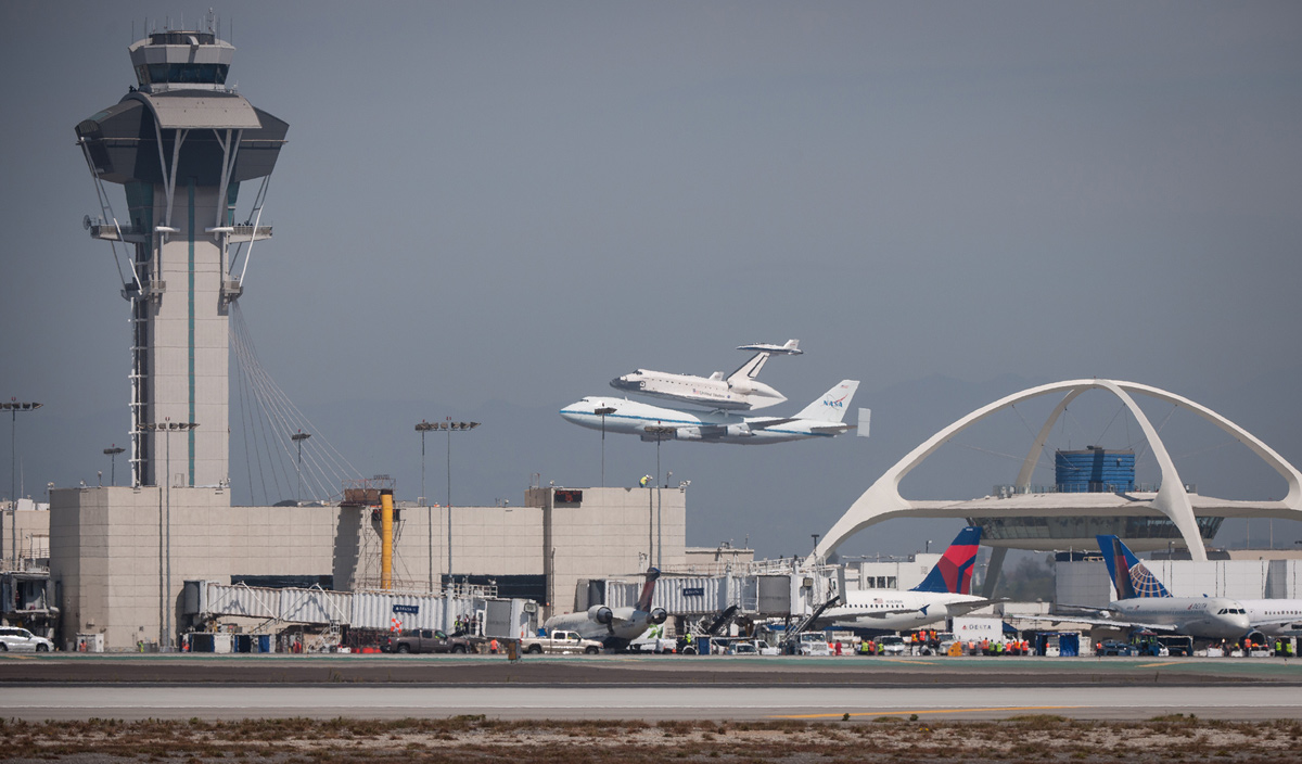 Endeavour Landing in Front of LAX Theme Building