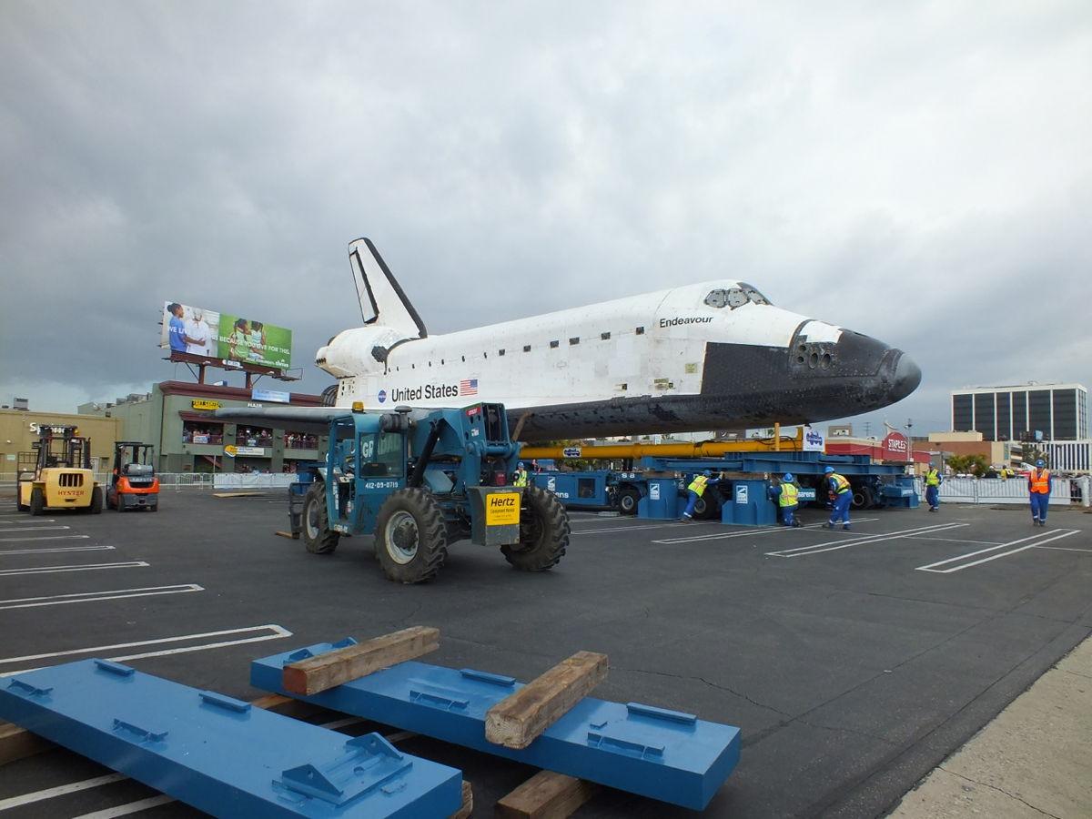 Shuttle Endeavour Stops at Staples