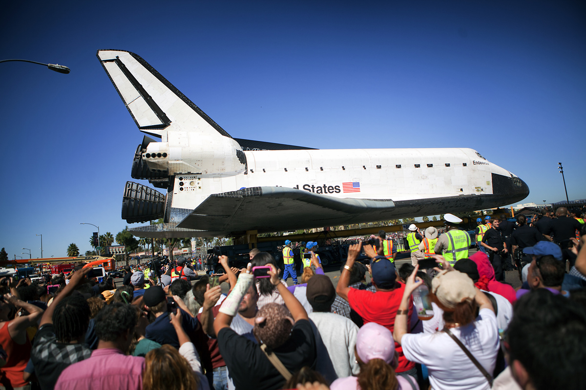 Endeavour Turns Onto Menlo Ave.