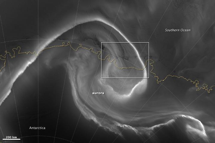 Auroras Light up the Antarctic Night