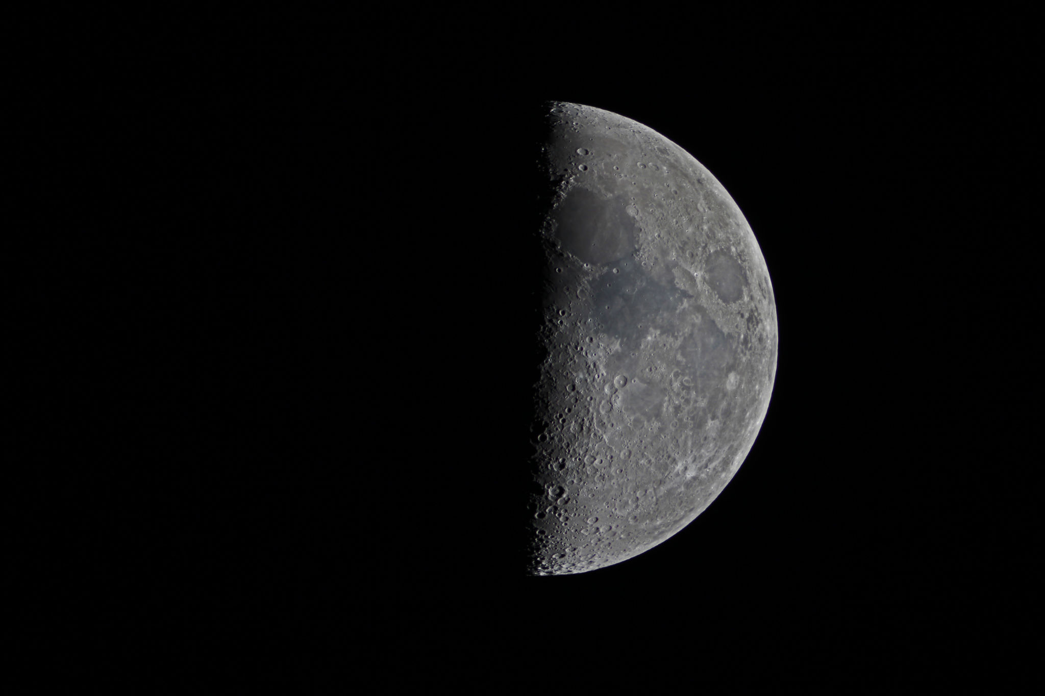 Stargazer Captures Spectacular View of First Quarter Moon (Photo)