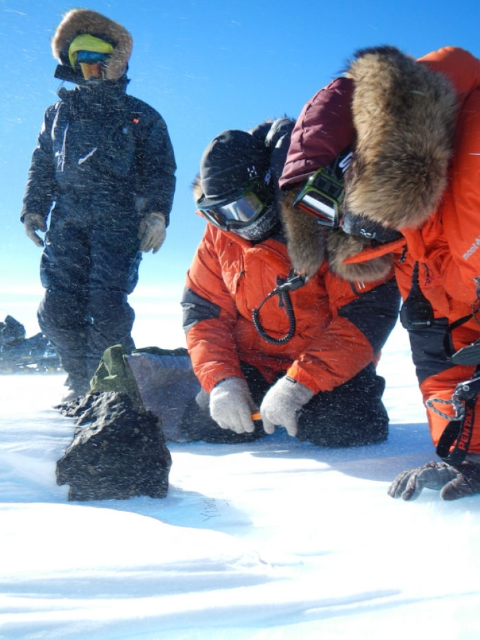 Team Examines Meteorite on Nansen Ice Field