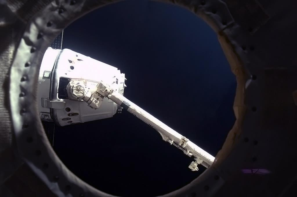 Robotic Arm Latching on to Dragon