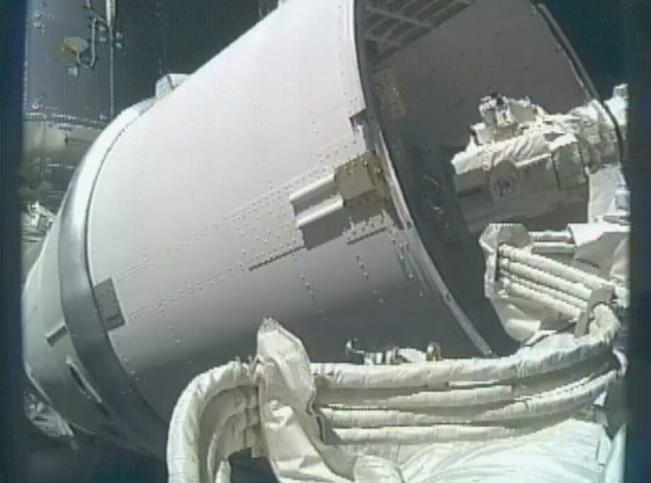 Grapple Bars being Removed from Dragon