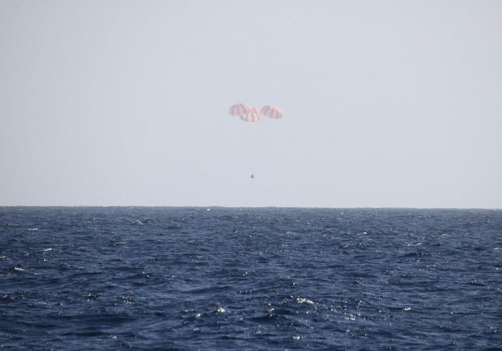 SpaceX's Dragon Cargo Capsule Just Before Splashdown