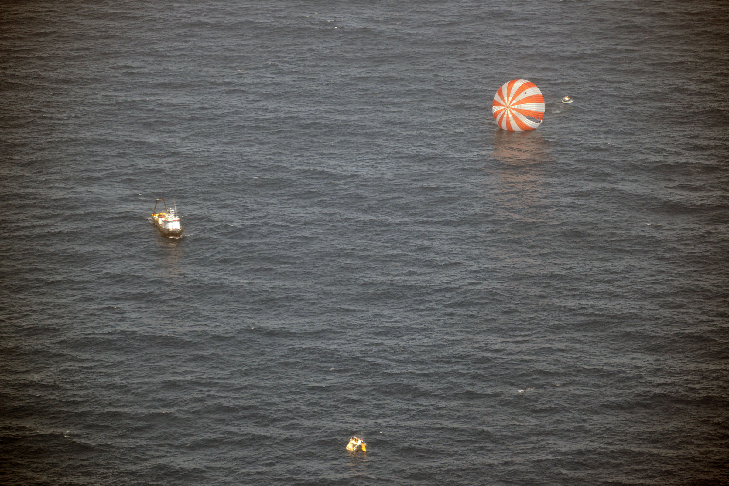 Recovery Boats Approach Dragon Capsule