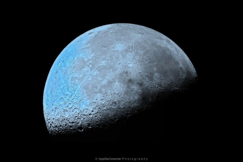 Stargazer Sees Amazing Half Moon Bathed in Blue (Photo)