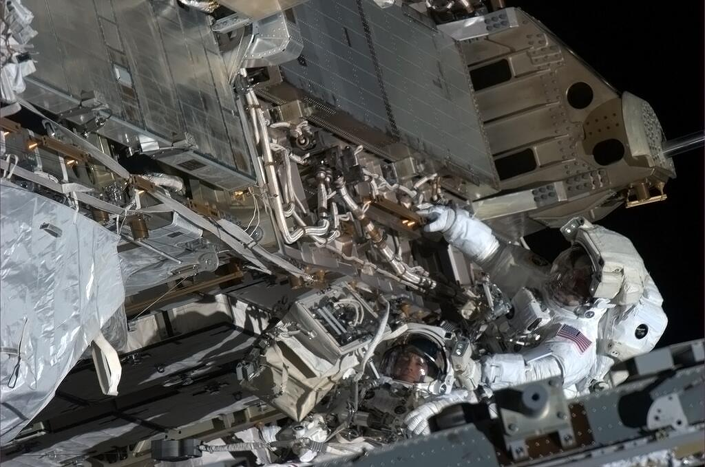 Chris Hadfield Snaps Photo of Spacewalkers