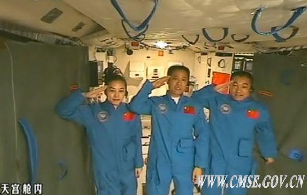 Shenzhou10 Crew Salutes Chinese President