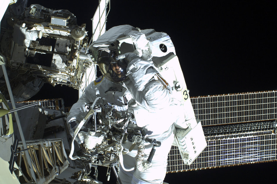 Parmitano Says Hello to Fellow Spacewalker Cassidy