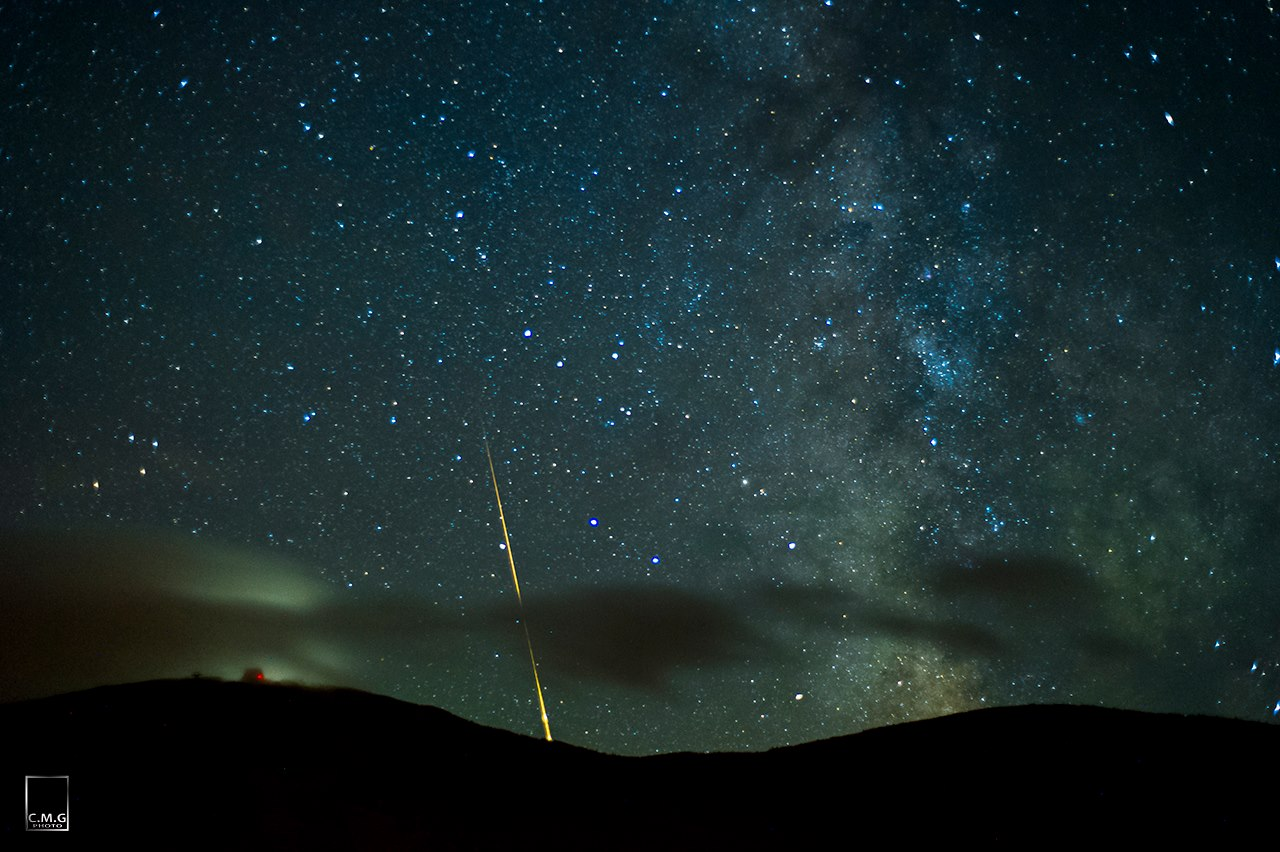 Surprise Fireball Streaks Across Stunning Night Sky (Photo)