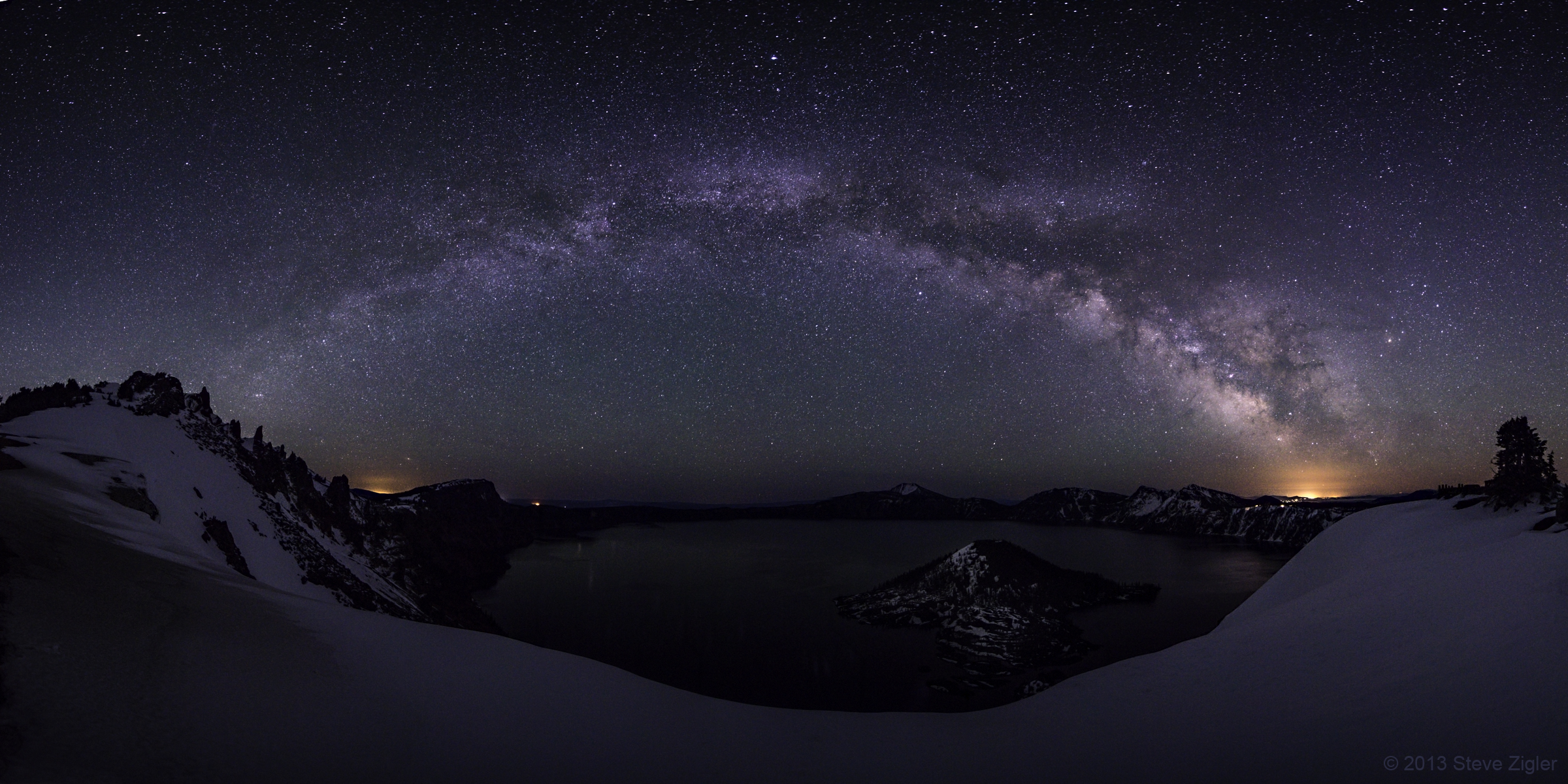 Milky Way Shines Over Crater Lake in Stunning Panorama (Photo)