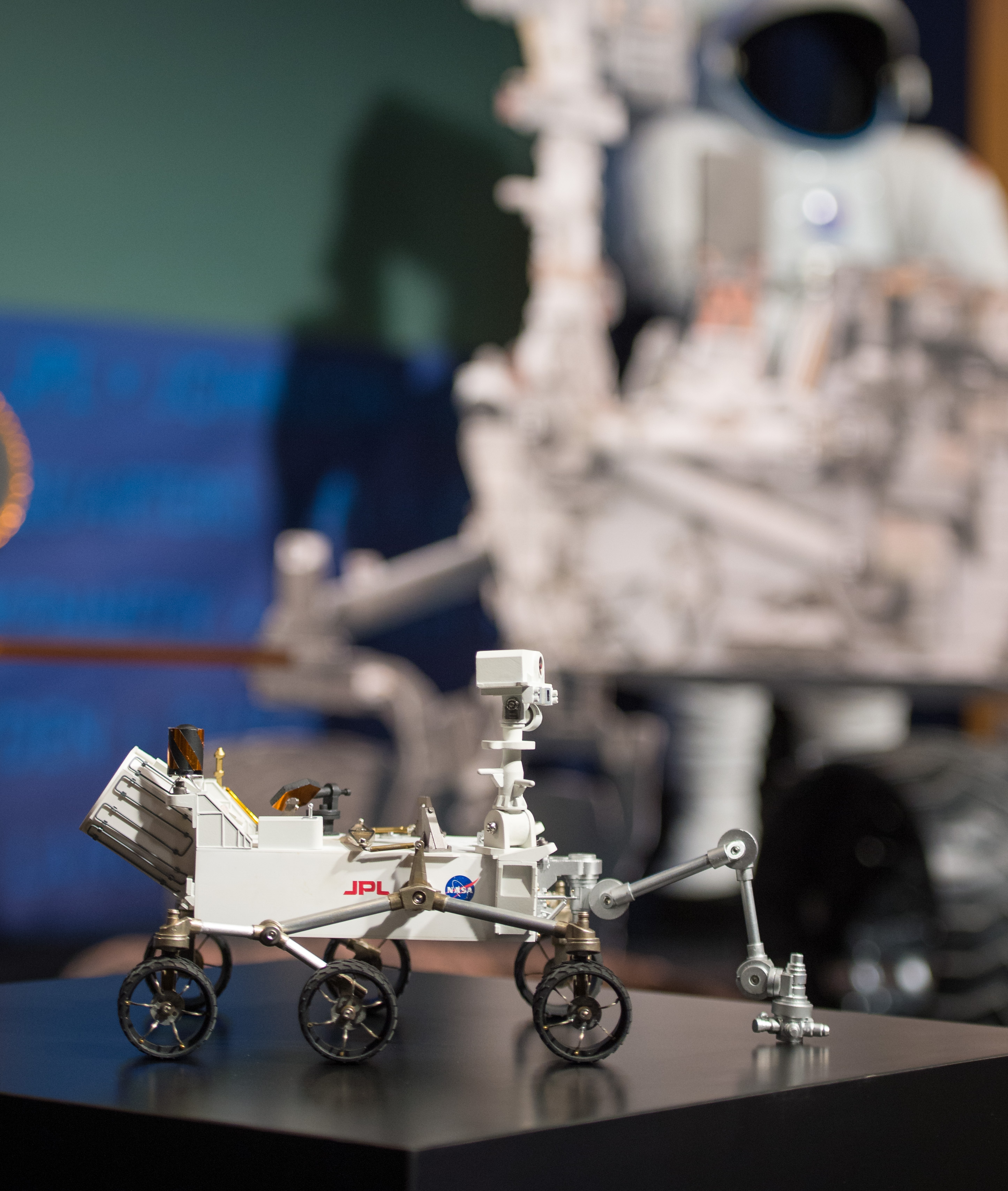 Small-Scaled Curiosity Rover Model