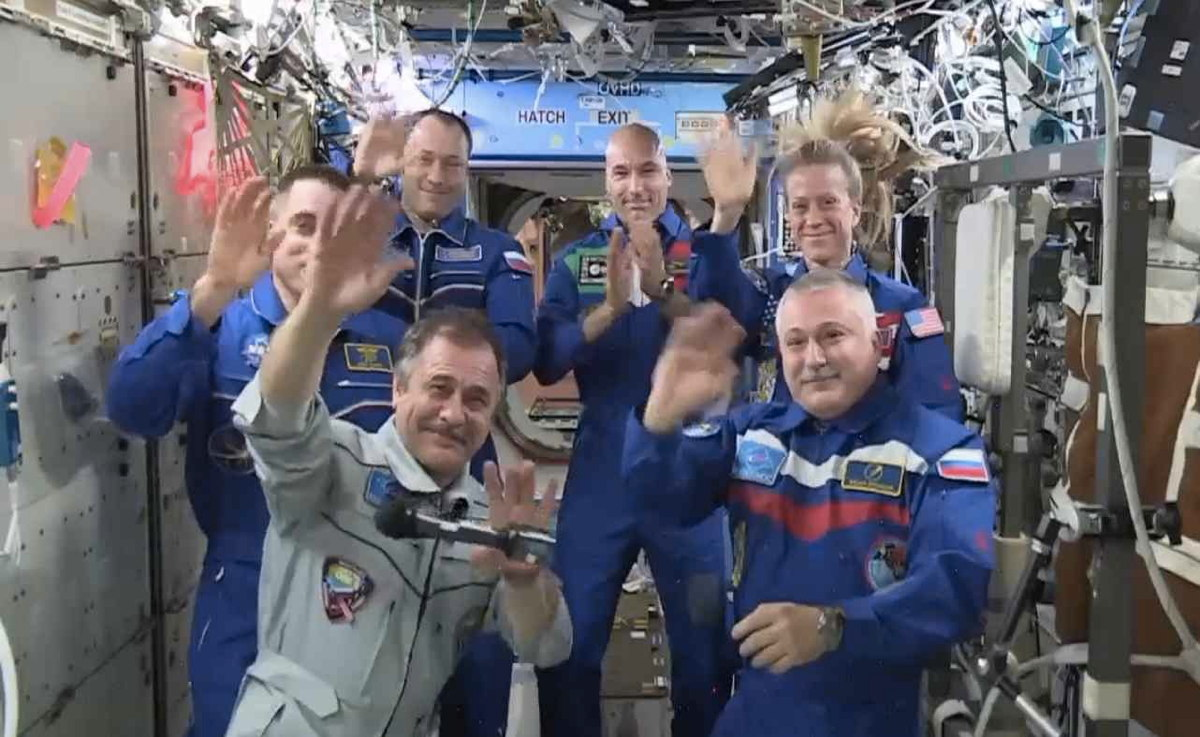 Expedition 36 Waves Farewell