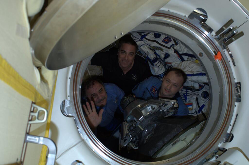 Expedition 36 Crew Waves Farewell