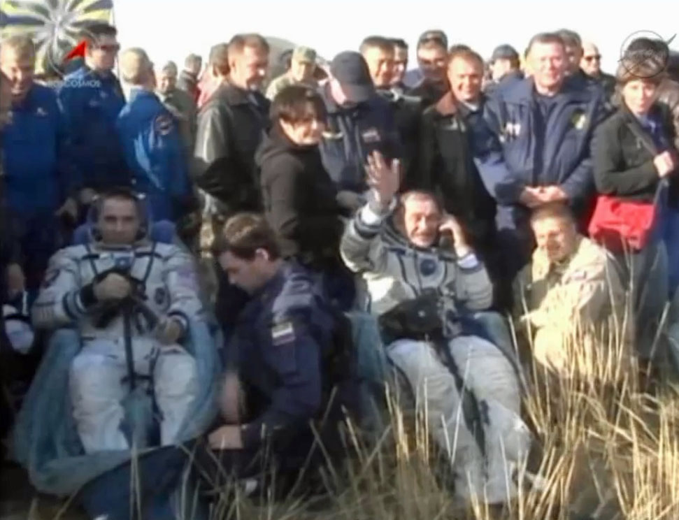 Soyuz Crew Waves After Landing: Expedition 36
