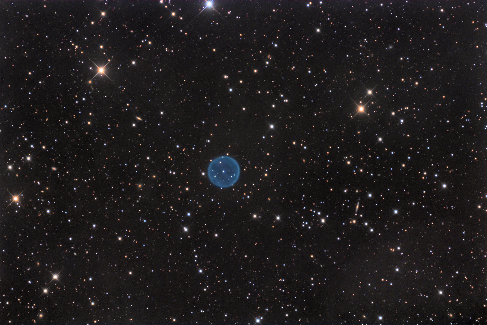 Planetary Nebula Glows Like a Blue Space Bubble in Amazing Photo