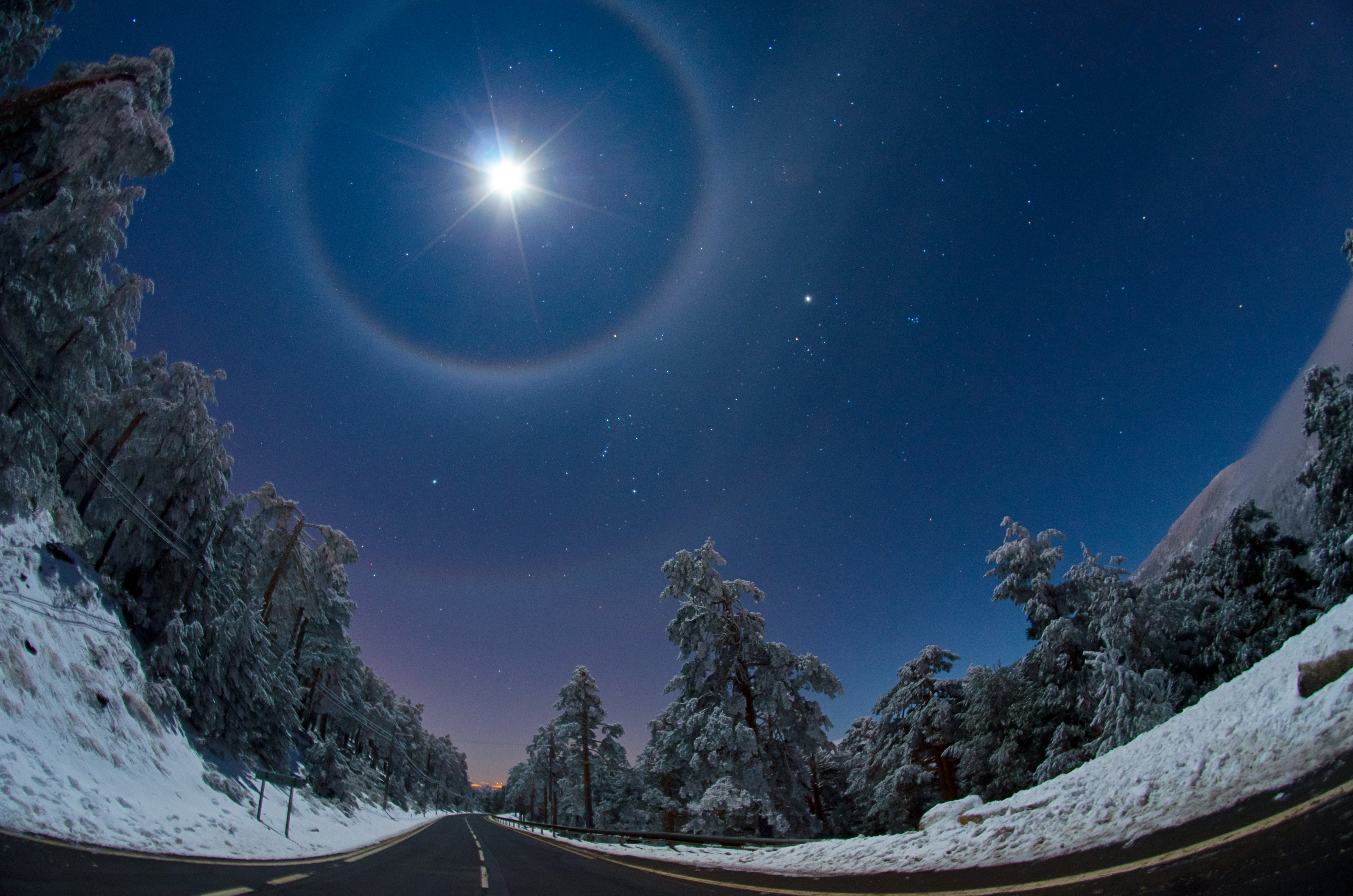 Earth and Space: A Quadruple Lunar Halo