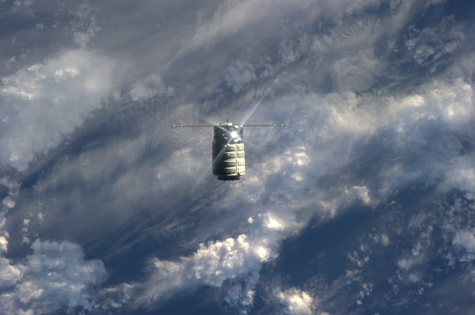 Private Space Race: 2 Commercial Spaceships Now Available for Space Station Deliveries